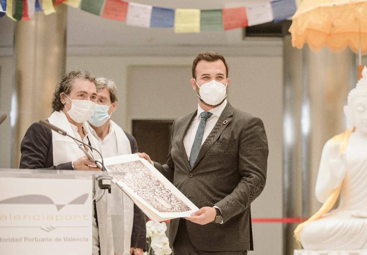 Entrega de la litografía Zéosis al Ilmo. Sr. Alcalde de Cáceres Luis Salaya Julián