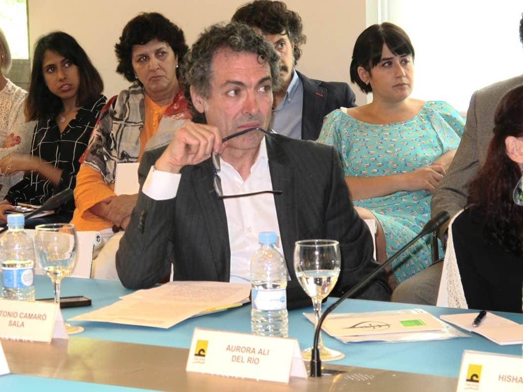 Antonio Camaró en la sala de los embajadores de la Casa Árabe de Madrid exponiendo la obra L' homme Postmoderne.
